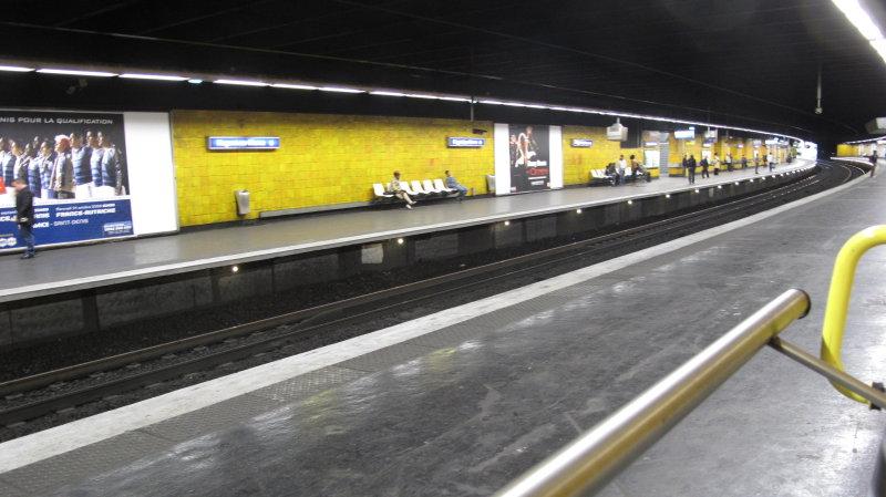 Des usagers prennent leur mal en patience sur les quais du RER A à Nogent